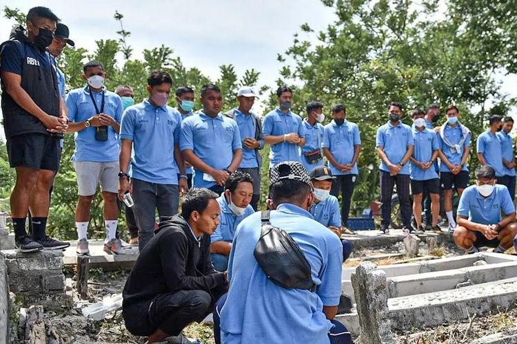 Skuad Persela Lamongan saat berziarah ke makam Choirul Huda, Kamis (14/10/2021).