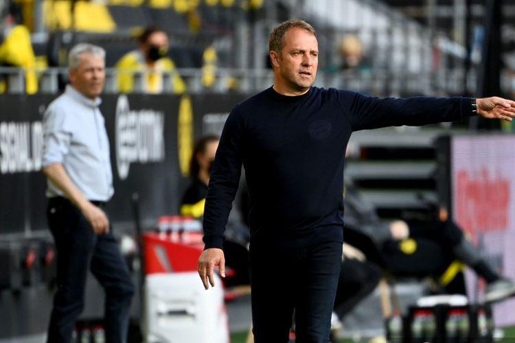Hansi Flick (kanan) pada laga Borussia Dortmund vs Bayern Muenchen di Stadion Signal Iduna Park dalam lanjutan pekan ke-28 Bundesliga, kasta teratas Liga Jerman, Selasa 26 Mei 2020.