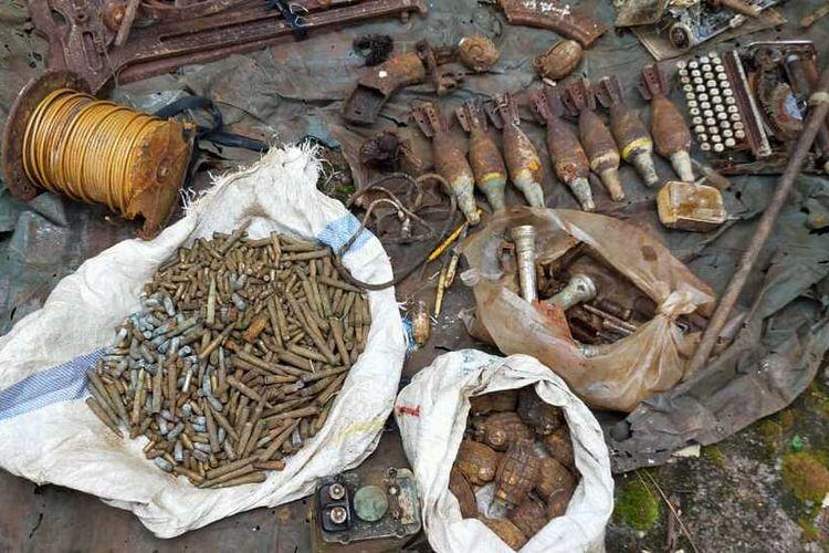 Sejumlah senjata api laras panjang, granat, mortir dan amunisi ditemukan warga di salah satu goa di Gunung Berambang, Desa Tengon, Kecamatan Air Besar, Kabupaten Landak, Kalimantan Barat.