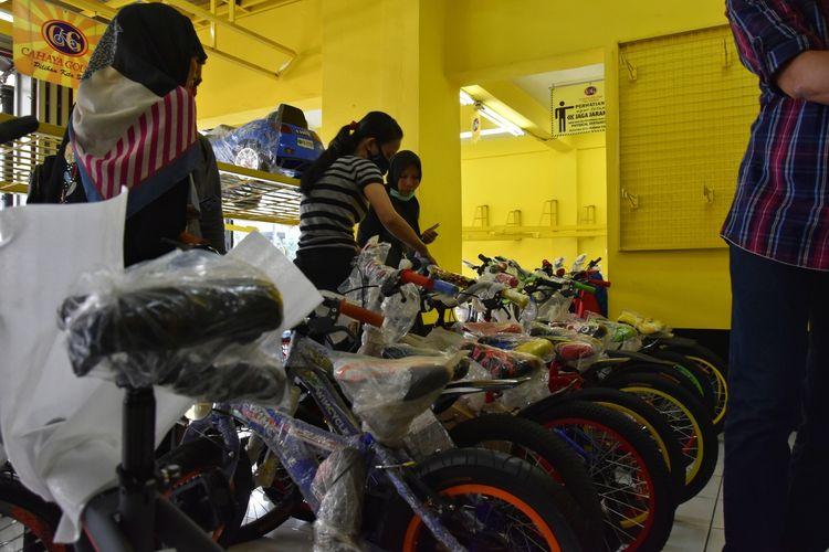 Tampak warga Kota Bandung mendatangi toko-toko yang menjual dan servis sepeda di Jalan Veteran, Selasa (23/6/2020). Penjualan dan servis sepeda melejit sejak pertengahan Mei hingga saat ini.