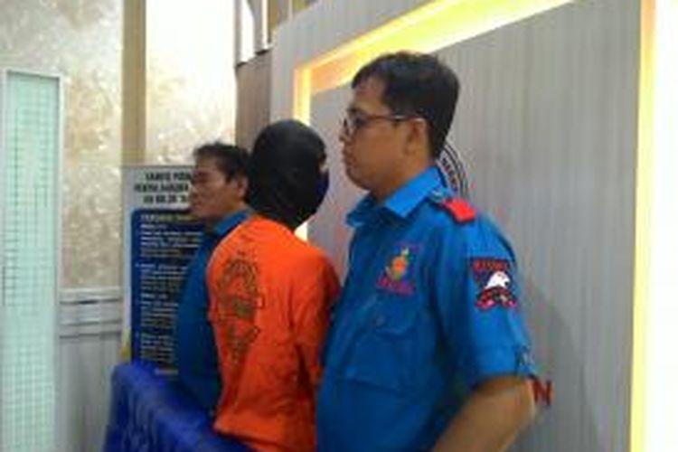 Penyidik Satuan Reserse Narkoba Polres Metro Jakarta Selatan menangkap seorang artis sinema elektronik (sinetron) remaja, Eza Gionino (28). Ia kedapatan memakai narkoba jenis sabu.