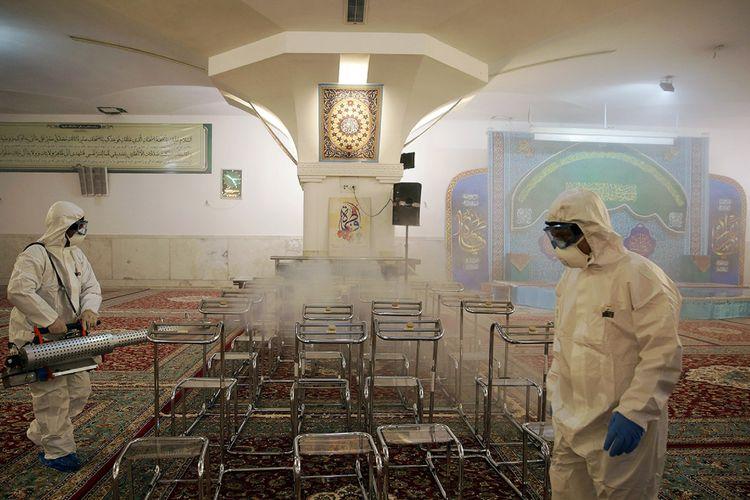 Tim medis menyemprot disinfektan di kuil suci Imam Reza, menyusul maraknya penyebaran virus corona di Mashdad, Iran, Kamis (27/2/2020).