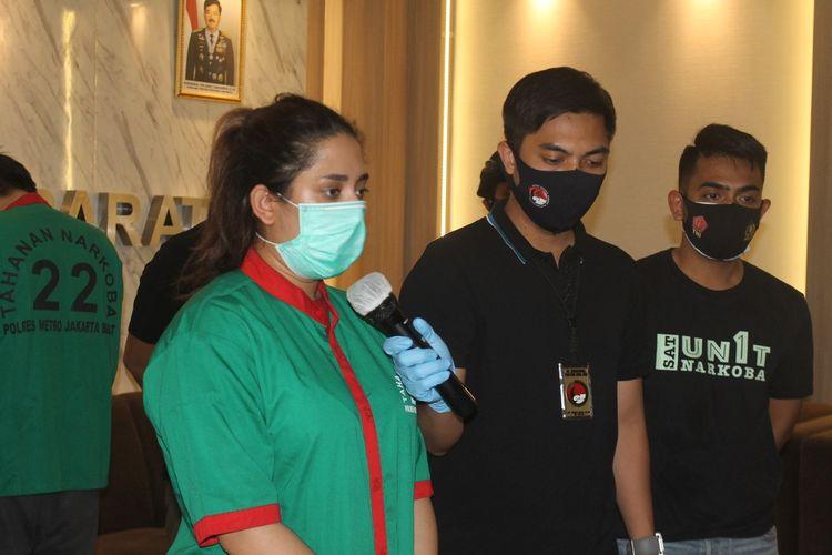 Selebgram SS di konferensi pers, Senin (16/11/2020) di Polres Jakarta Barat. SS ditangkap di kediamannya di Tanjung Duren, karena penyalahgunaan narkoba jenis ganja, padaada Jumat (13/11/2020).