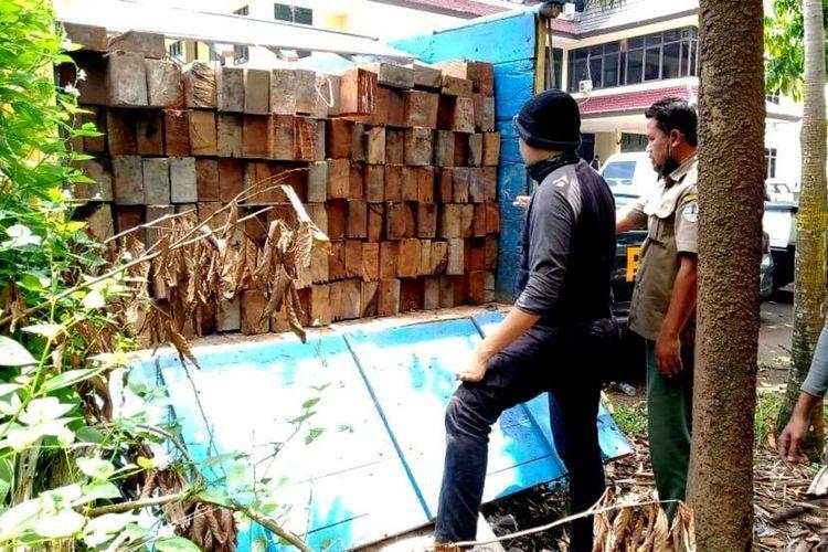 Direktorat Reserse Kriminal Khusus Polda Kalimantan Barat berhasil mengamankan satu unit truk bermuatan kayu tanpa dilengkapi dokumen yang sah di Jalan Trans Kalimantan, Senin (31/8/2020).
