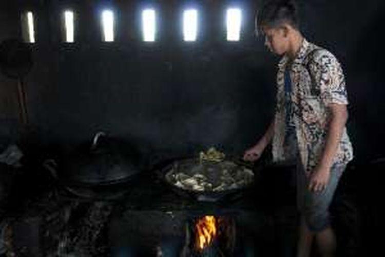 Proses pemasakan menu Gombyang Manyung milik Warto di Desa Tambak, Kabupaten Indramayu.