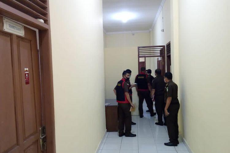 Tim penyidik Kejati Lampung menggeledah ruang kerja pejabat struktural Inspektorat Lampung Selatan, Senin (23/11/2020). (FOTO: Dok. Kejati Lampung)