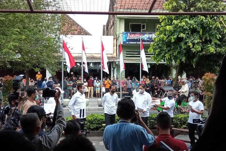 Jokowi, dan Airlangga saat dialog dengan warga di Jalan Malioboro, Sabtu (9/10/2021)