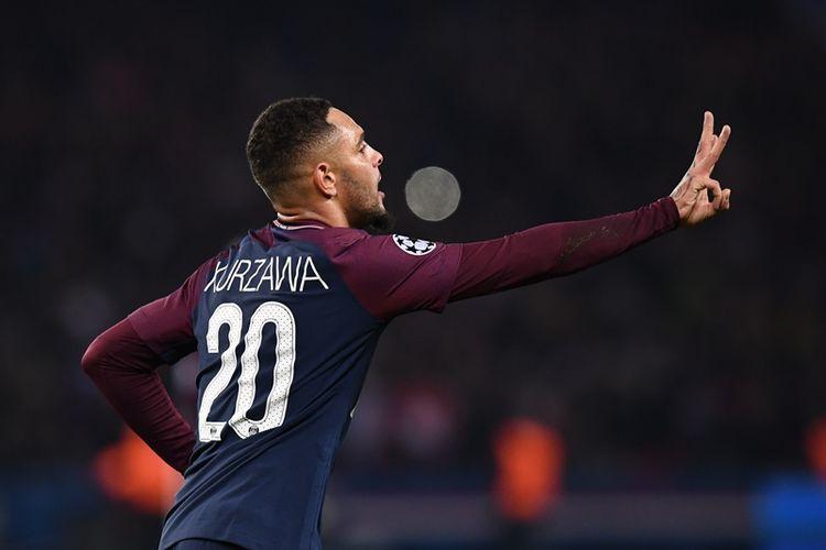 Bek Paris Saint-Germain asal Perancis, Layvin Kurzawa, melakukan selebrasi setelah mencetak gol ke gawang Anderlecht dalam pertandingan penyisihan Grup B Liga Champions di Parc des Princes, Paris, Selasa (31/10/2017).