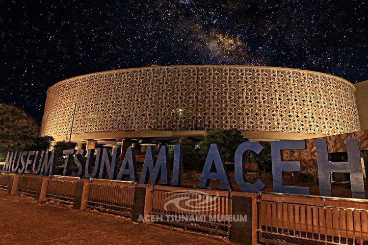 Museum Tsunami Aceh pada malam hari.