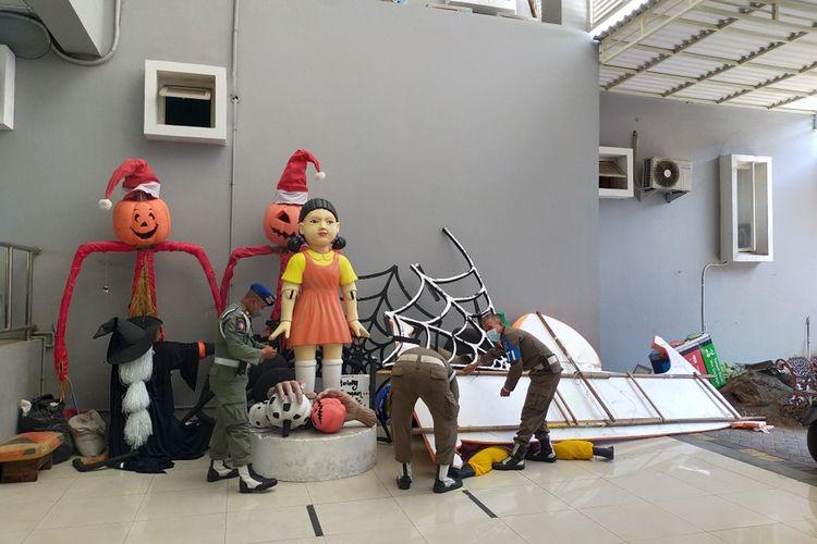 Boneka dalam serial Squid Game episode pertama disita dan diamankan di Kantor Satpol PP Kota Surabaya, Jawa Timur, Senin (11/10/2021).