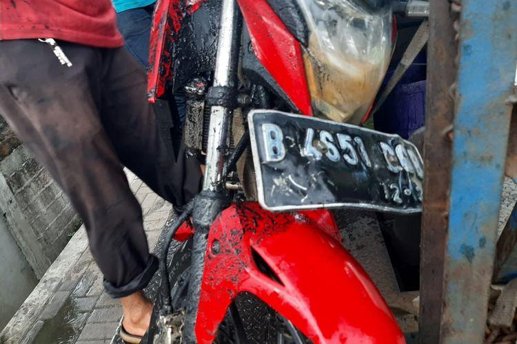 Kondisi motor yang ringsek sebab ditabrak sebuah mobil pick-up ketika sedang terparkir di jalan Daan Mogot, Selasa (8/12/2020).