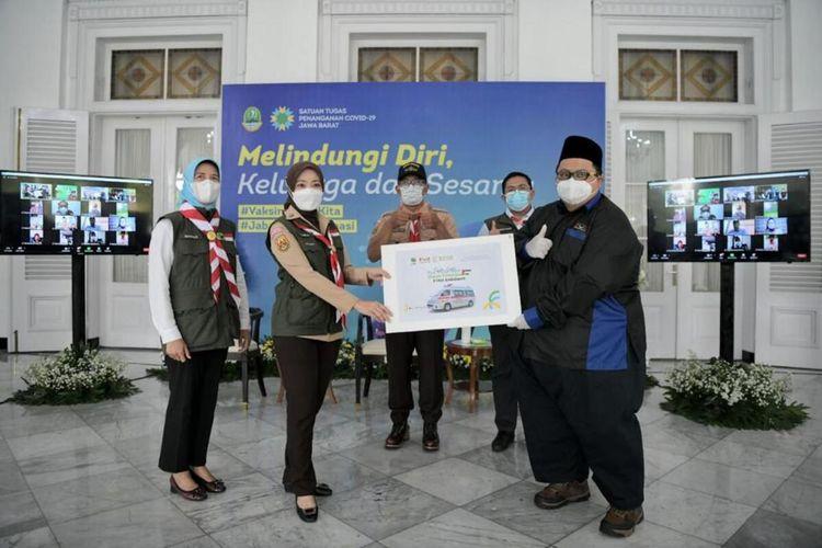 Pendiri organisasi Jabar bergerak Atalia Praratya disaksikan Gubernur Jawa Barat Ridwan Kamil saat menyerahkan bantuan untuk warga Palestina di Gedung Pakuan, Kota Bandung, Senin (14/6/2021).