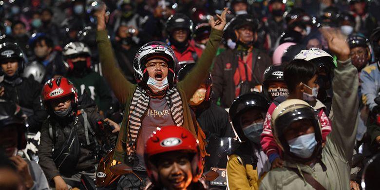 Pemudik menggunakan sepeda motor terjebak kemacetan saat melintasi posko penyekatan mudik di Kedungwaringin, Kabupaten Bekasi, Jawa Barat, Senin (10/5/2021). Petugas gabungan memutar balikan ribuan pemudik yang melintasi pos penyekatan perbatasan Bekasi -Karawang, Jawa Barat. ANTARA FOTO/Wahyu Putro A/pras.