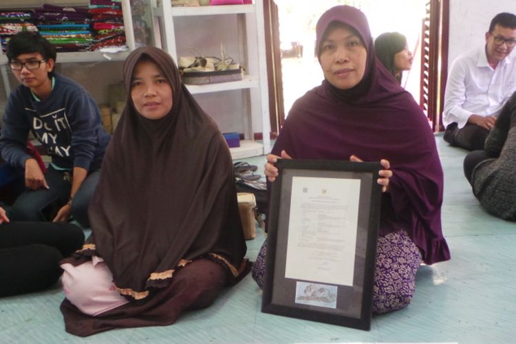 Ibu Siti Nurbaya bersama warga binaannya, Nikmah, menunjukkan motif batik Riau Bono di Rumah Batik Andalan, Riau.