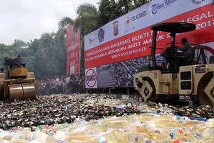 Puluhan ribu botol minuman keras dimusnahkan sebagai bagian dari Program Anti Mabuk,