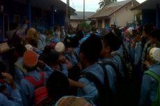Sekolah Disegel, Ratusan Siswa SD Upacara di Halaman Rumah Warga