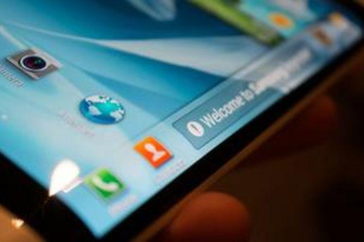 Samsung sempat memamerkan ponsel dengan layar yang menjorok ke dalam pada sisi kanan dan kirinya.