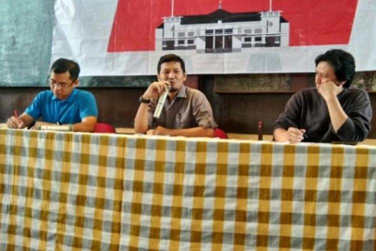 Relawan Kota Bandung (RKBDG) yang merupakan simpatisan dari Wali Kota Bandung Ridwan Kamil saat memebrikan pernyataan sikap yang menolak jika Ridwan Kamil maju di Pilgub Jabar 2018.