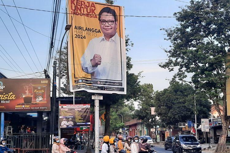Baliho bergambar ketua umum Partai Golkar, Airlangga Hartarto di depan bekas stasiun Blora, Jumat (6/8/2021)