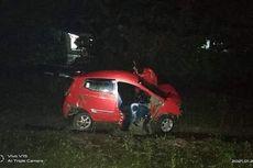 Mobil Terpental 100 Meter Setelah Ditabrak Kereta, Penumpangnya Lolos dari Maut