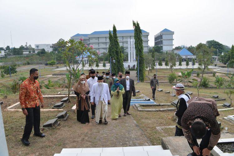 Wapres Maruf Amin saat berziarah bersama istri dan putrinya ke makam pendiri Kota Tangerang, Pangeran Aria Wangsakara, di Taman Makam Pahlawan kawasan BSD, Tangerang, Kamis (6/8/2020).