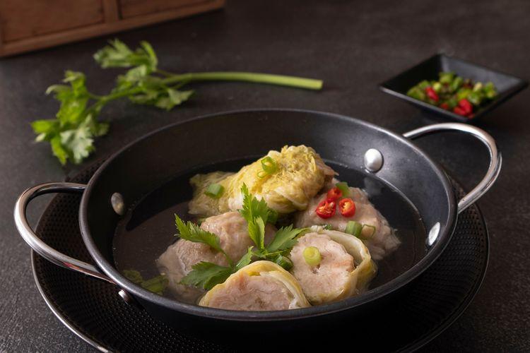Ilustrasi sawi gulung isi daging.