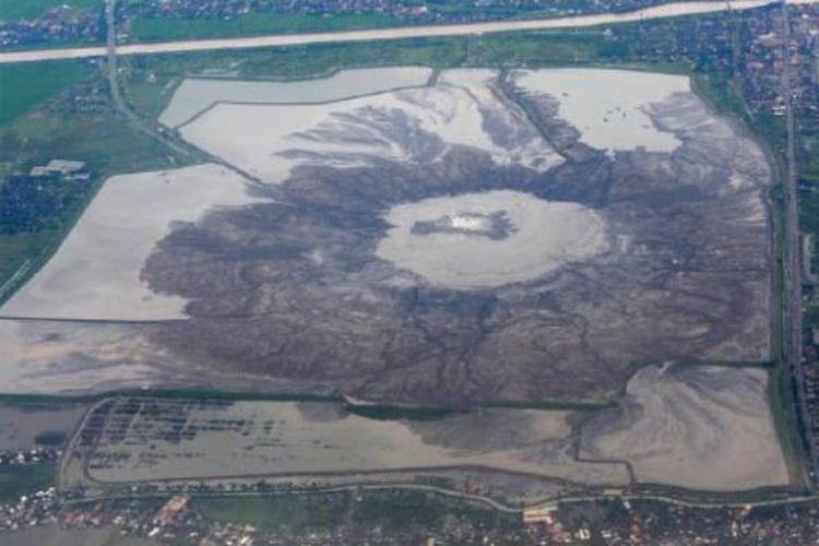 Area yang terkena dampak lumpur Lapindo di Sidoarjo, Jawa Timur, terlihat dari udara, awal Maret lalu. Hampir sembilan tahun setelah semburan lumpur berlangsung, pembayaran ganti rugi kepada warga yang terkena dampak lumpur tersebut belum seluruhnya tuntas.