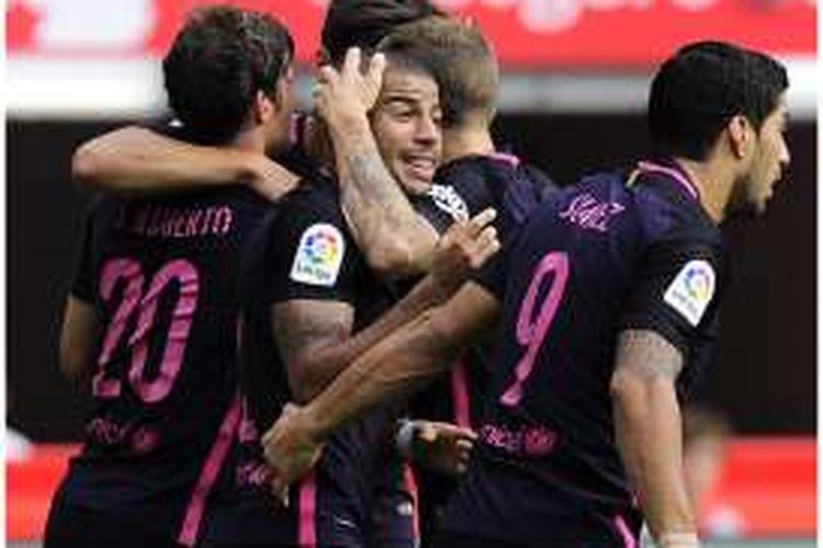 Gelandang Barcelona, Rafael Alcantara atau Rafinha (tengah), mendapat sambutan dari Luis Suarez (kanan) dan Sergi Roberto (kiri), usai mencetak gol ke gawang Sporting de Gijon pada pertandingan La Liga di Stadion El Molinon, Gijon, Sabtu (24/9/2016).