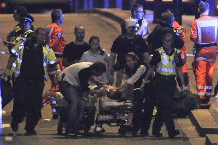 Polisi dan petugas gawat darurat menangani korban serangan teror di London Bridge, London, Sabtu malam (3/6/2017).