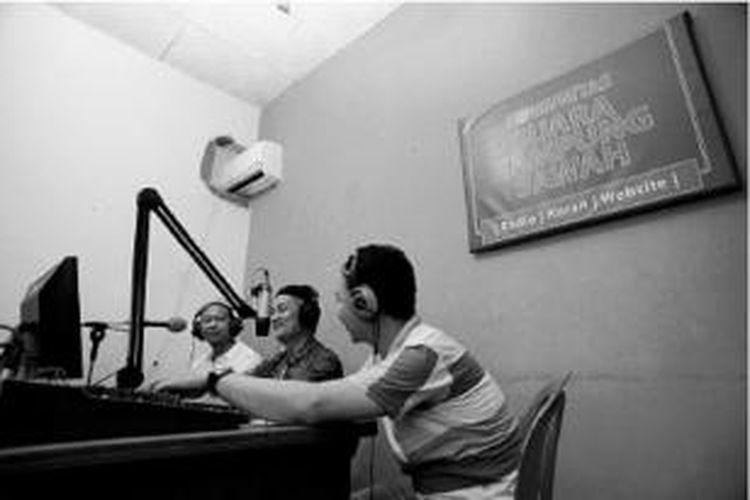 Anggota Komunitas Suara Kampung Sawah (dari kiri) Agustinus Janor, Sudirman, dan Yoherisman melakukan siaran Radio SKS di Kelurahan Jati Melati, Kecamatan Pondok Melati, Kota Bekasi, Sabtu (2/8).
