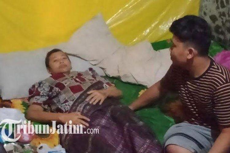 Anik Ismawati (37) ibu asal Sidotopo Wetan didiagnosa mengidap kanker payudara stadium empat. (Tribun Jatim/Yusron Naufal Putra)