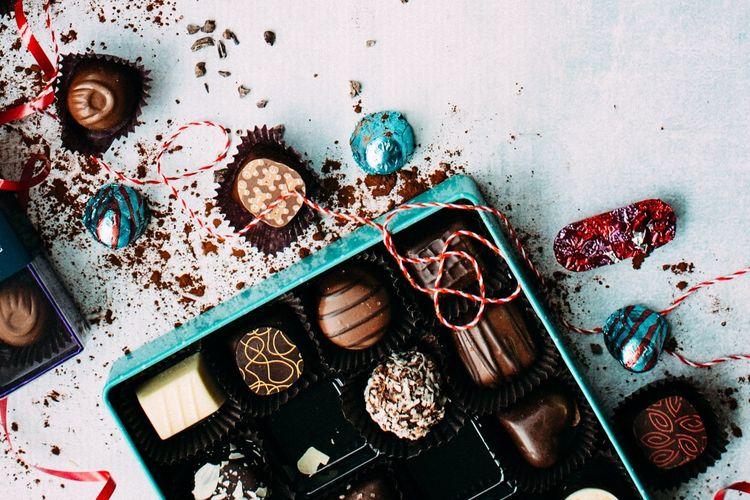 Ilustrasi sekotak cokelat valentine.