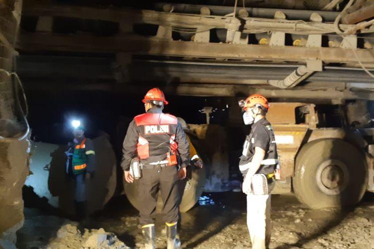 Tim evakuasi ketika sedang melakukan pencarian dua korban yang belum ditemukan, Rabu (3/4/2019)