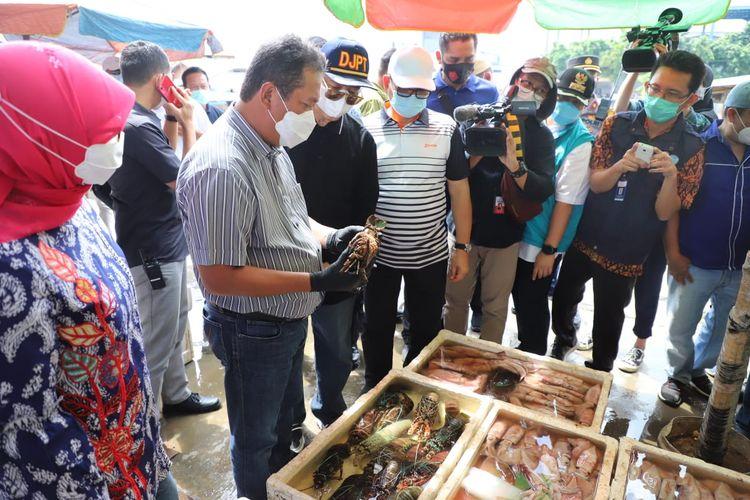 Menteri Kelautan dan Perikanan Sakti Wahyu Trenggono blusukan ke Pelabuhan Perikanan di Muara Angke, Jakarta, Minggu (27/12/2020).