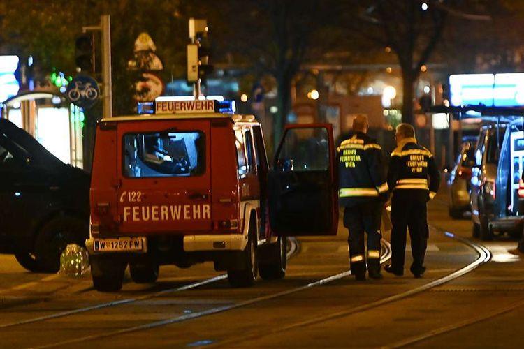 Petugas pemadam kebakaran dan mobil polisi berada di dekat alun-alun Schwedenplatz, Wina, Austria, menyusul insiden penembakan di pusat kota, Senin (2/11/2020). Sejumlah orang bersenjata menyerang enam lokasi di Wina pada Senin malam, menewaskan sedikinya 2 orang dan melukai 14 orang.