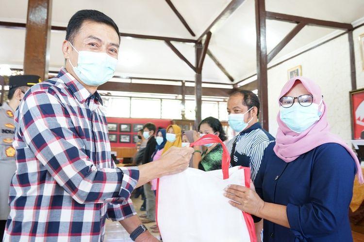 Wali Kota Salatiga Yuliyanto menyerahkam bantuan untuk pedagang terdampak pandemi Covid-19