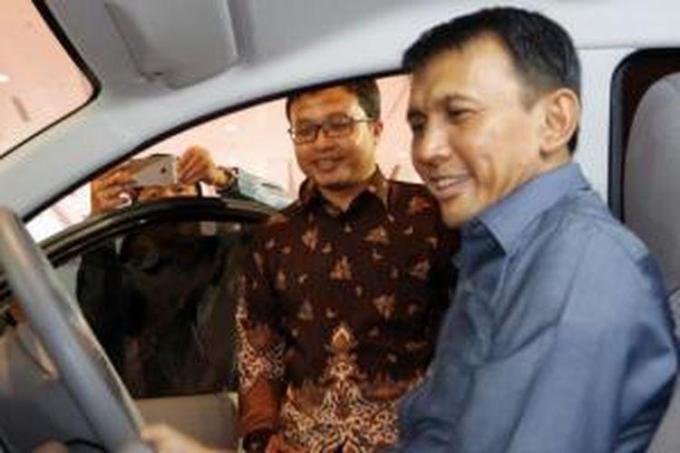 Gubernur Sumatera Utara Gatot Pujo Nugroho mengamati desain Datun Go  di POM 2015.