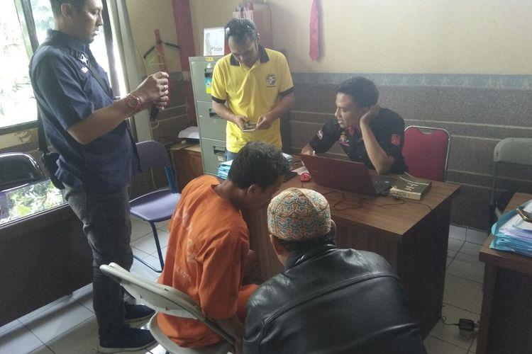 tersangka ayah cabuli anak kandungnya sendiri di Tasikmalaya sedang dimintai keterangan polisi, Rabu (15/1/2020).