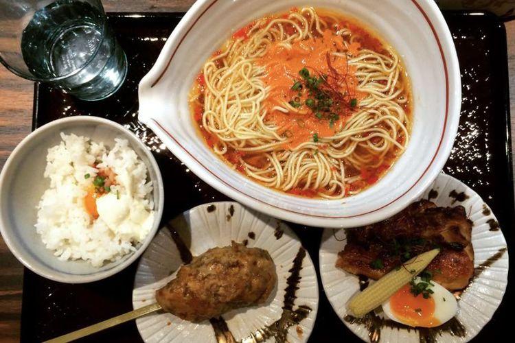 Ilustrasi ramen dengan semangkuk nasi.