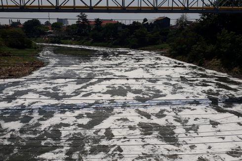 Buih di Kali Bekasi karena Limbah Pabrik
