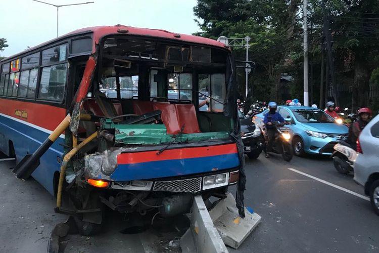 Kondisi Metromini 53 yang ringsek setelah menghantam portal dan separator Transjakarta di Jalan Otista, Jatinegara, Jakarta Timur, Sabtu (2/6/2018).
