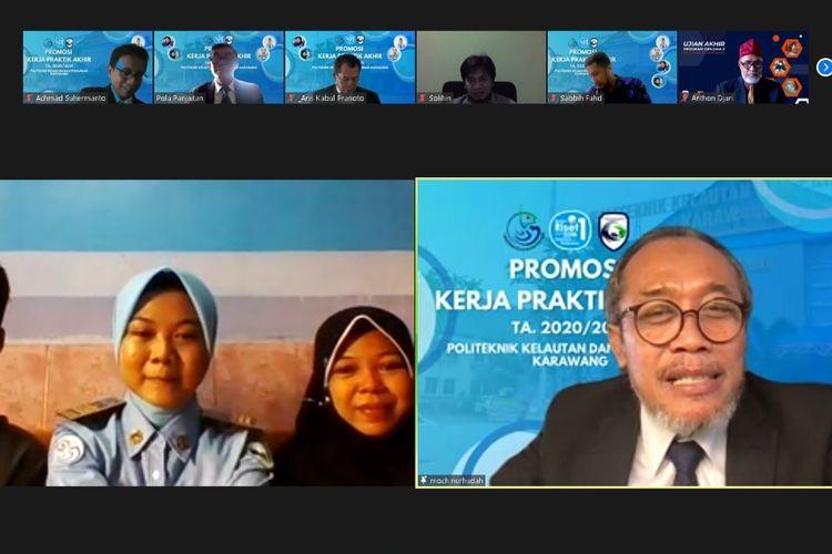 Direktur Politeknik KP Karawang Mochamad Nurhudah (kanan) dalam agenda Promosi Kerja Praktik Akhir (KPA) Politeknik Kelautan dan Perikanan (KP) Karawang, Jawa Barat (Jabar), Jumat (6/8/2021).