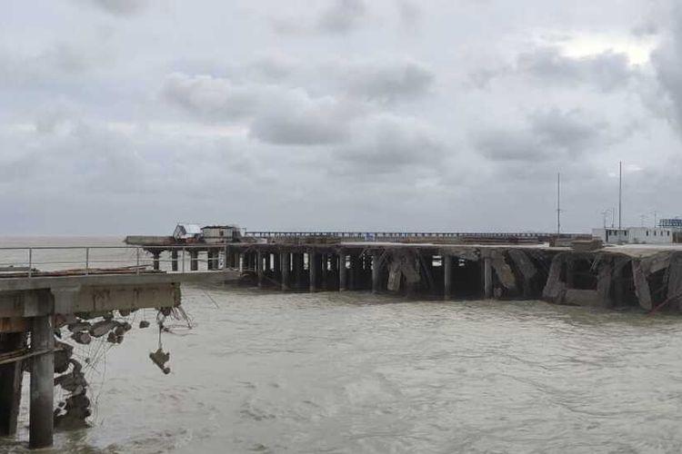 Dua titik jembatan (trestel) menuju dermaga Pelabuhan Internasional Kijing, Kabupaten Mempawah, Kalimantan Barat (Kalbar) ambruk. Ambruknya jembatan tersebut ditengarai hujan deras disertai angin kencang yang melanda sebagian besar wilayah Kalbar, Selasa (13/7/2021) malam.
