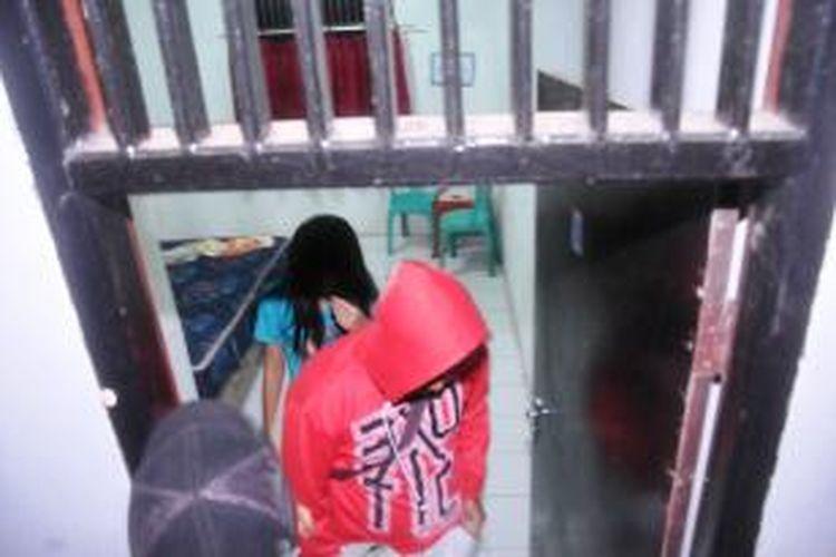 Satuan Polisi Pamong Praja Kabupaten Bogor merazia sejumlah hotel melati di kawasan Tamansari dan Cibinong, Minggu (20/04/2014) dini hari. Dalam operasi penertiban tersebut, sejumlah Pekerja Seks Komersial ikut diamankan. (K97-14)