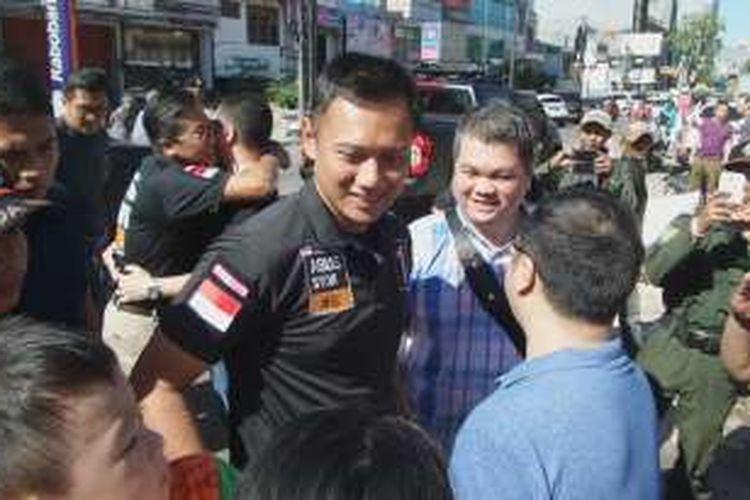 Calon gubernur DKI Jakarta nomor pemilihan satu, Agus Harimurti Yudhoyono, menyapa warga saat berkampanye ke pertokoan di Jalan Niaga, Muara Karang, Jakarta Utara, Sabtu (3/12/2016) pagi.