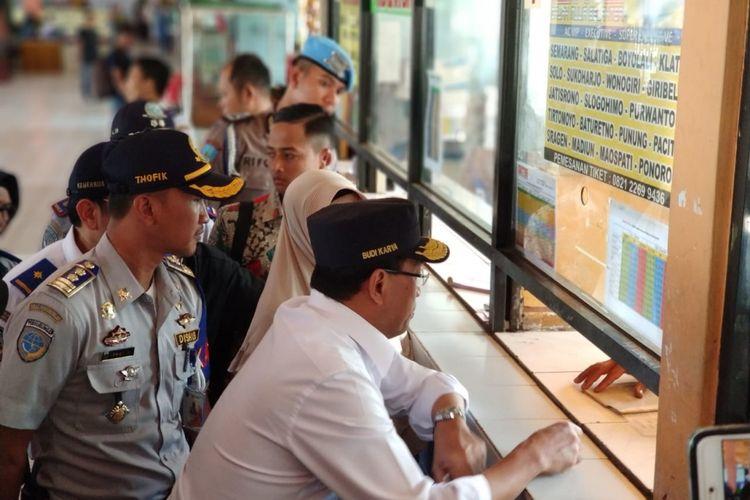 Menteri Perhubungan Budi Karya Sumadi meninjau harga tiket bus di Terminal Kampung Rambutan, Jakarta Timur, Selasa (19/6/2018)
