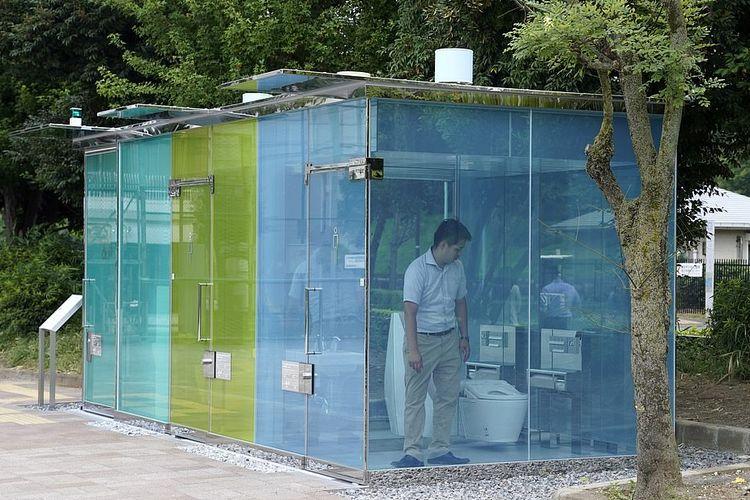 Toilet umum transparan di Taman Komunitas Haru-no-Ogawa, Jepang.