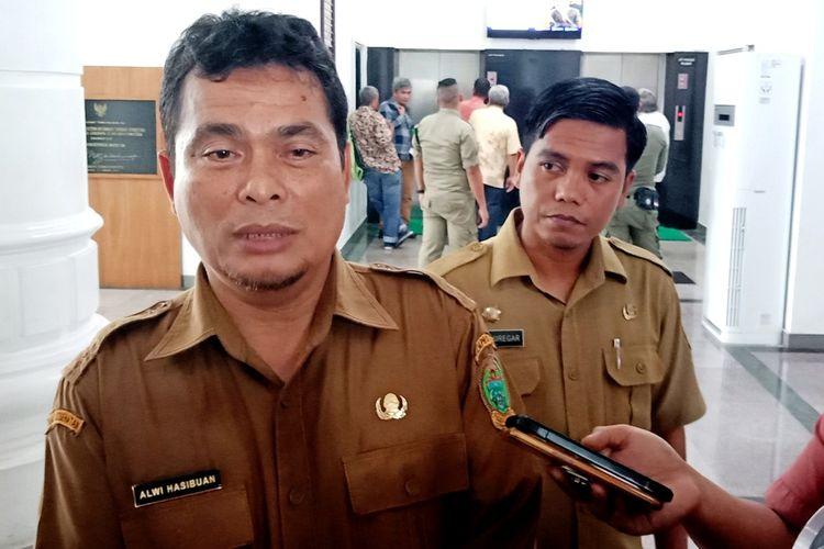 Kadis Kesehatan Provinsi Sumut Alwi Mujahit Hasibuan menjawab pertanyaan wartawan saat berada di kantor gubernur, Senin (23/3/2020)