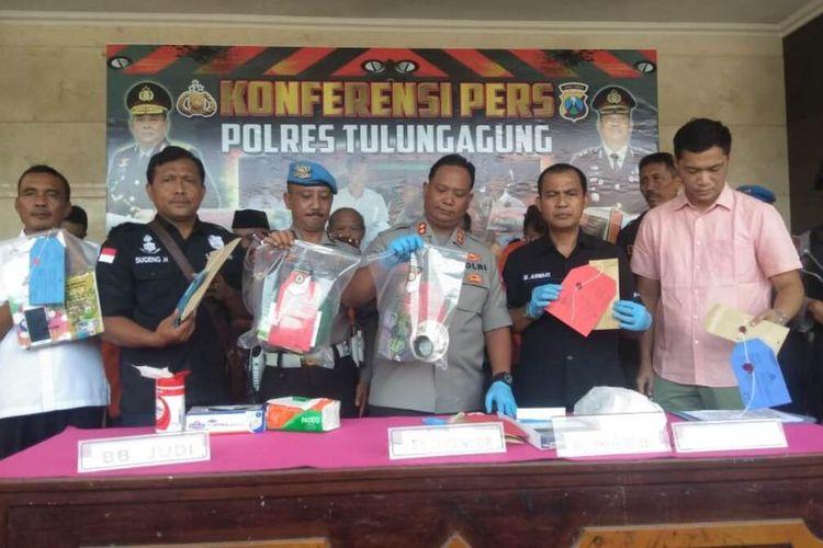 Kapolres Tulunggaung Jawa Timur (Baju dinas) bersama anggota menunjukkan barang bukti, ketika rilis sejumlah kasus salah satunya sewa kos bagi pasangan bukan suami istri, Kamis (06/07/2020).
