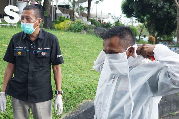 Tim relawan korban covid 19 Lampung mendapatkan bantuan APD dari Polda Lampung. (Foto: Humas Polda Lampung).